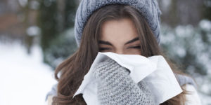 Erkältung Frau mit Schnupfen