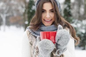 Winter Frau mit heißer Tasse Tee