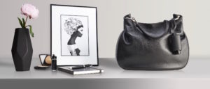 Hygiene Handgel Taschenanhänger schwarze Tasche Sideboard