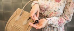 Hygiene Handgel Anwendung Taschenanhänger CarryME-Set Classic rosa Tasche beige