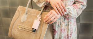 Hygiene Handgel Taschenanhänger CarryME-Set Classic rosa Tasche beige